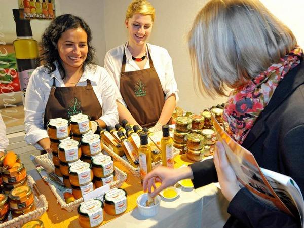 Aus Stuttgart angereist sind die Frauen von Kenual Trade. Alle Produkte werden in Peru hergestellt. Probieren kann man exotische Konfitüren, Vinaigretten oder eine gelbe Chilipaste. Einen Kochtipp zu passender Soße mit Fetakäse gibt's gratis dazu. (Stand 3.4.18)