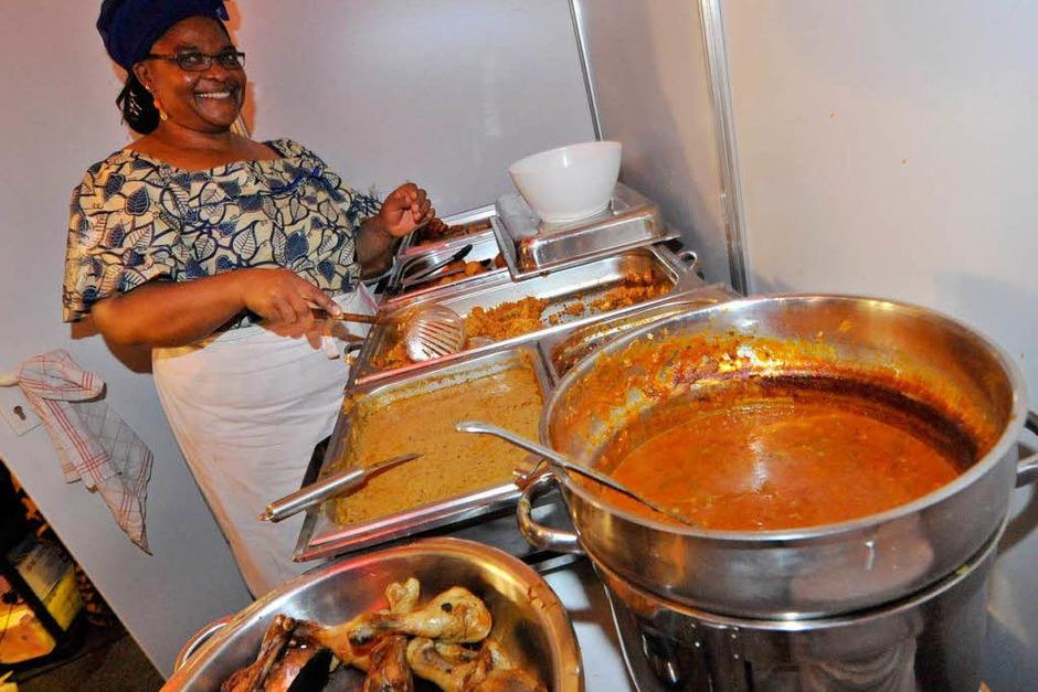 Hier kocht die Mama: Beim Familienunternehmen Ngnoubamdjum kann man sich mit original afrikanischen Speisen verwöhnen lassen. Einen Mixteller vegetarisch oder mit Fleisch gibt es schon für 7,50 Euro, dazu wird live getrommelt. (Stand 1.1.15) (Foto: Michael Bamberger)