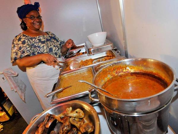Hier kocht die Mama: Beim Familienunternehmen Ngnoubamdjum kann man sich mit original afrikanischen Speisen verwöhnen lassen. Einen Mixteller vegetarisch oder mit Fleisch gibt es schon für 7,50 Euro, dazu wird live getrommelt. (Stand 1.1.15)