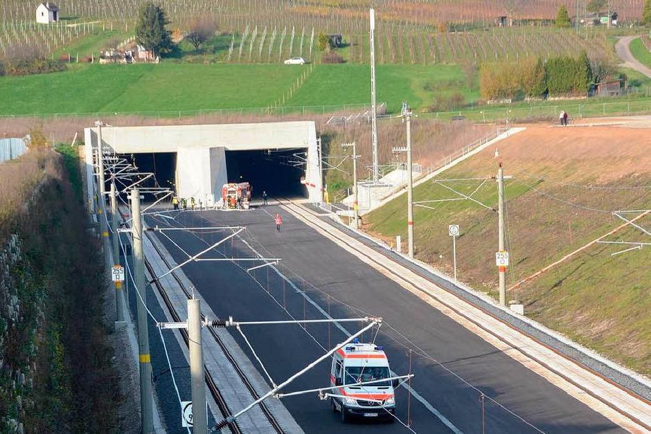 Die Rettungsübung spielte sich im Tunnelinneren ab, auch von der B-3-Brücke am Südportal konnten Schaulustige nicht viel sehen. (Foto: Langelott)
