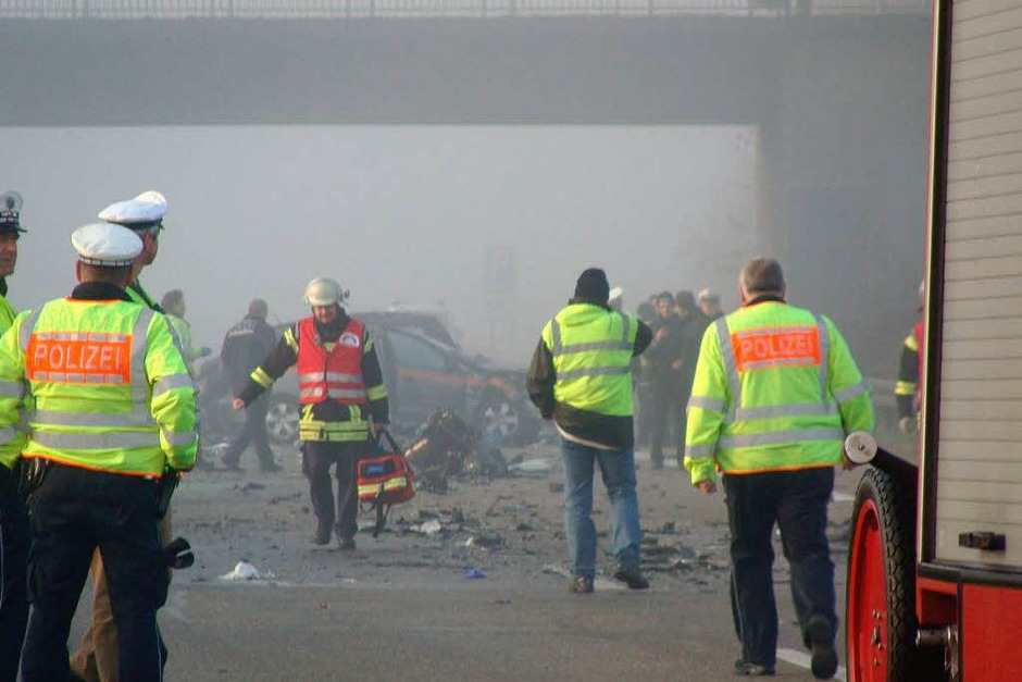 Ein schwerer Verkehrsunfall auf der A5 zwischen Lahr und Offenburg fordert sechs Menschenleben. (Foto: Martin Ganz)
