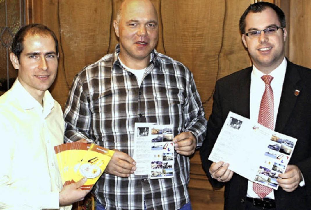 Mit Flyer: das Organisationstrio Micha...Amann und Ulrich  Krieger (von links)   | Foto: Reinhard Herbrig