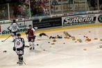 Fotos: Teddy Bear Toss beim EHC Freiburg