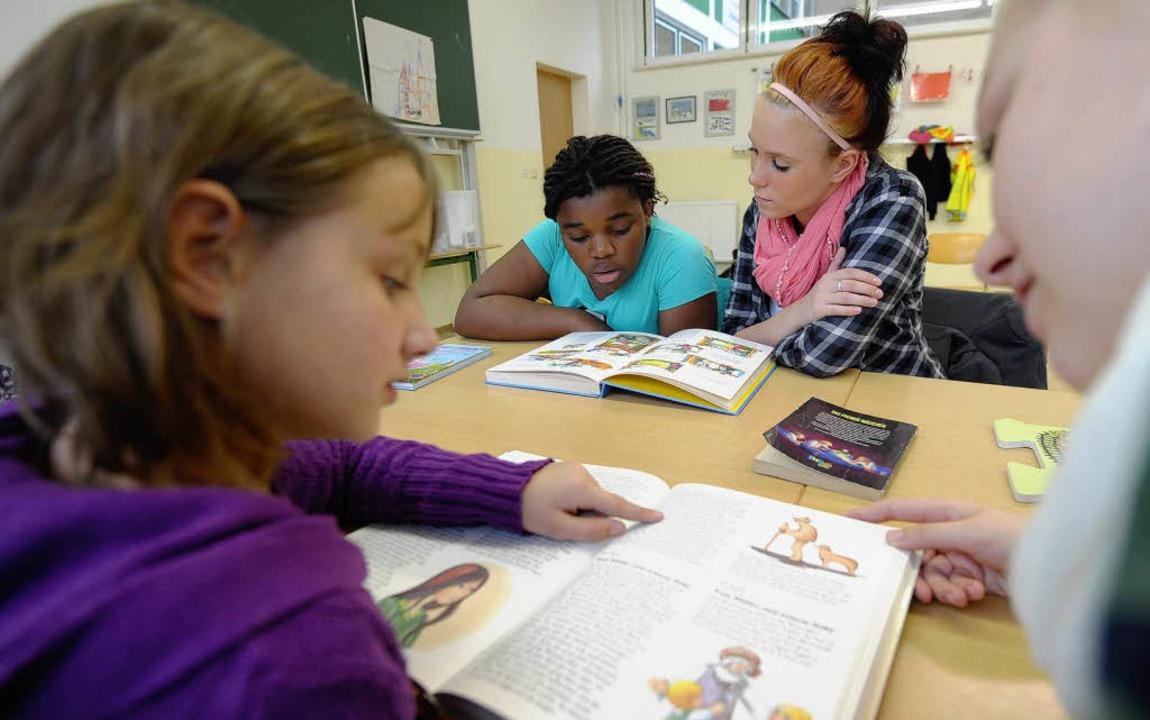 Auch in einer Grundschule in Halle helfen Lesepaten den Kindern    Foto: dapd