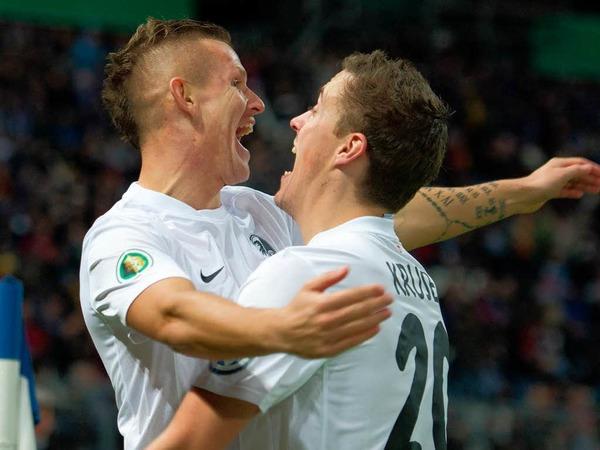 Max Kruse (r.) und Torschütze Jonathan Schmid (l.) jubeln über das 1:0 im Karlsruher Wildparkstadion. Das Tor fällt schon nach 61 Sekunden.