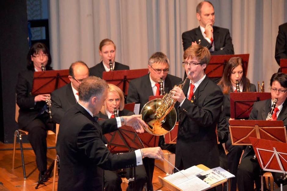 Der Solist Valentin Wegner und Dirigent Stephan Rinklin, dahinter die Klarinettisten Lisa Haas und Arno Uhlmann (Foto: Sylvia-Karina Jahn)