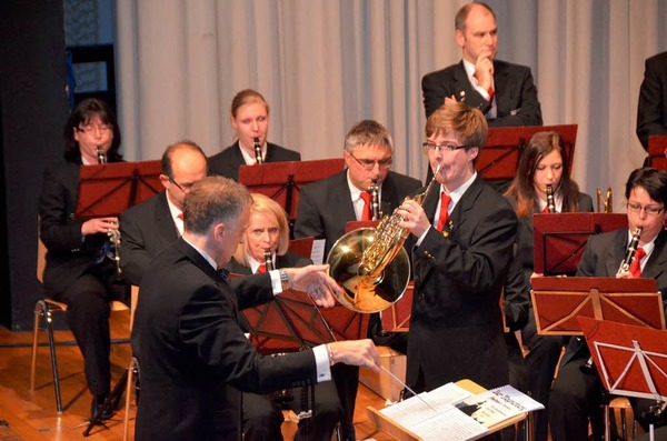 Der Solist Valentin Wegner und Dirigent Stephan Rinklin, dahinter die Klarinettisten Lisa Haas und Arno Uhlmann