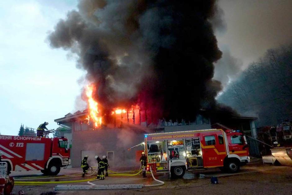 Rauch über dem Wiesental: Beim Großbrand in einer Zimmerei kamen zwar keine Menschen zu Schaden – doch der Schaden geht in die Millionen. (Foto: dpa)