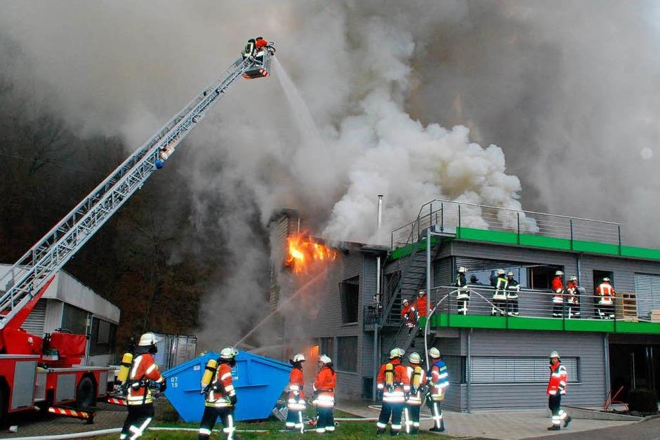 Trotz schnellen Eingreifens der Feuerwehr, die mit einem Großaufgebot anrückte,  war der Betrieb nicht mehr zu retten. (Foto: Angelika Schmidt)