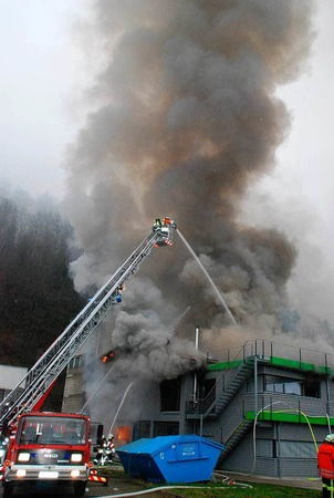 Rauch über dem Wiesental: Beim Großbrand in einer Zimmerei kamen zwar keine Menschen zu Schaden - doch der Schaden geht in die Millionen.