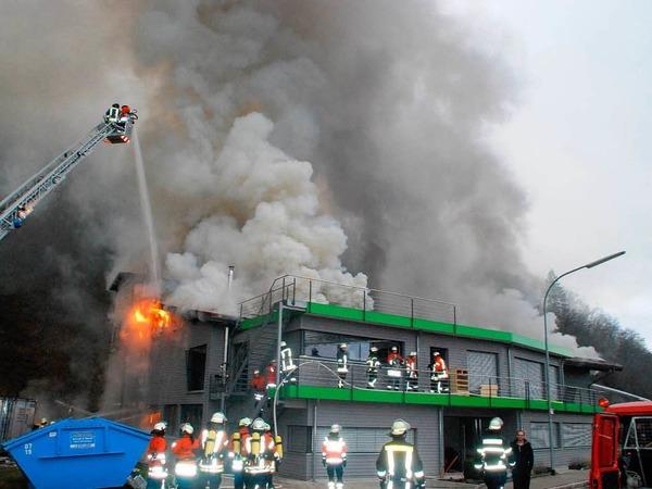 Trotz schnellen Eingreifens der Feuerwehr, die mit einem Großaufgebot anrückte, war der Betrieb nicht mehr zu retten.