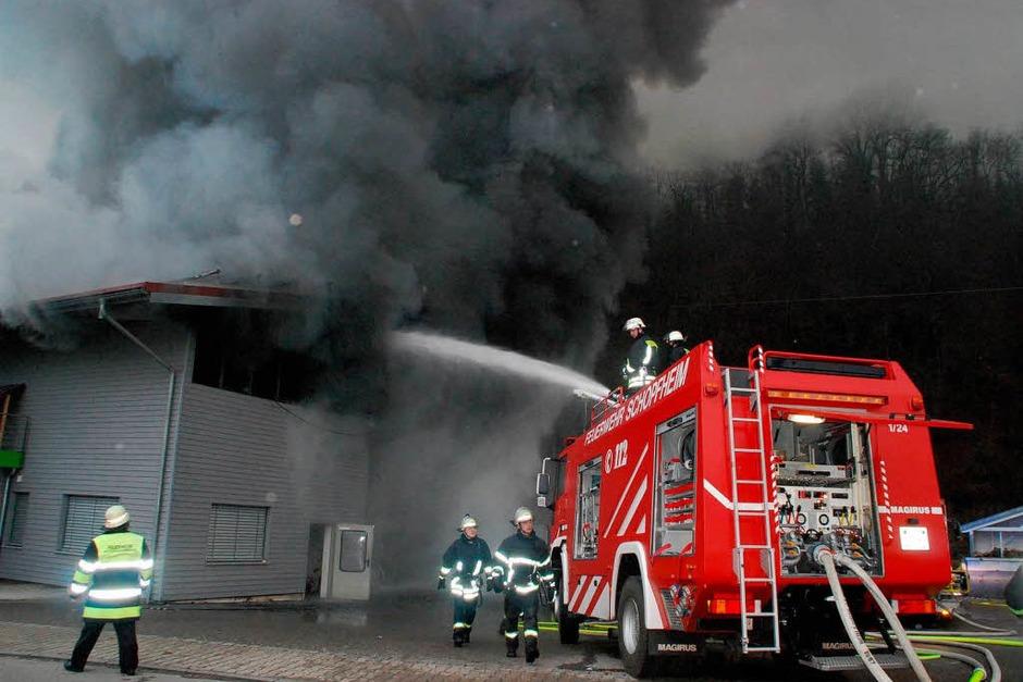 Der Löscheinsatz war vergebens, die Flammen waren zu mächtig. (Foto: Angelika Schmidt)