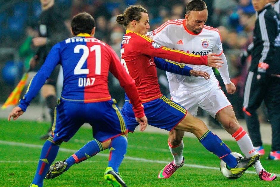 Franck Ribéry (r.) im Duell mit Darko Jevtic (M.), als zweite Hürde wartet bereits Marcello Diaz (l.). (Foto: AFP)