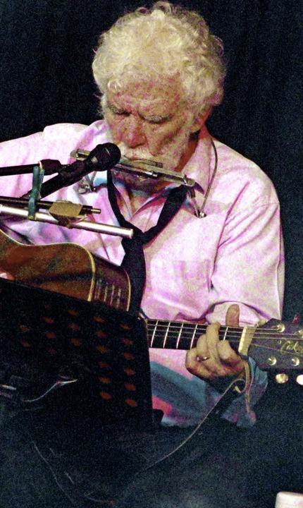Mit Gitarre und Mundharmonika: René Egles im Schlosskeller.     Foto: Katharina Bächle