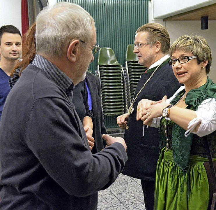 Elsbeth und Wolfgang Fürstenberger beim Händeschütteln.  | Foto: Langelott