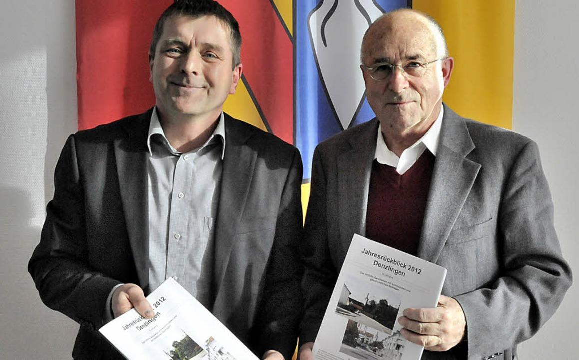 Während Helmut Kunkler (liinks) das Al...ick, der für 2012 jetzt erschienen ist    Foto: Markus Zimmermann, Markus Zimmermann