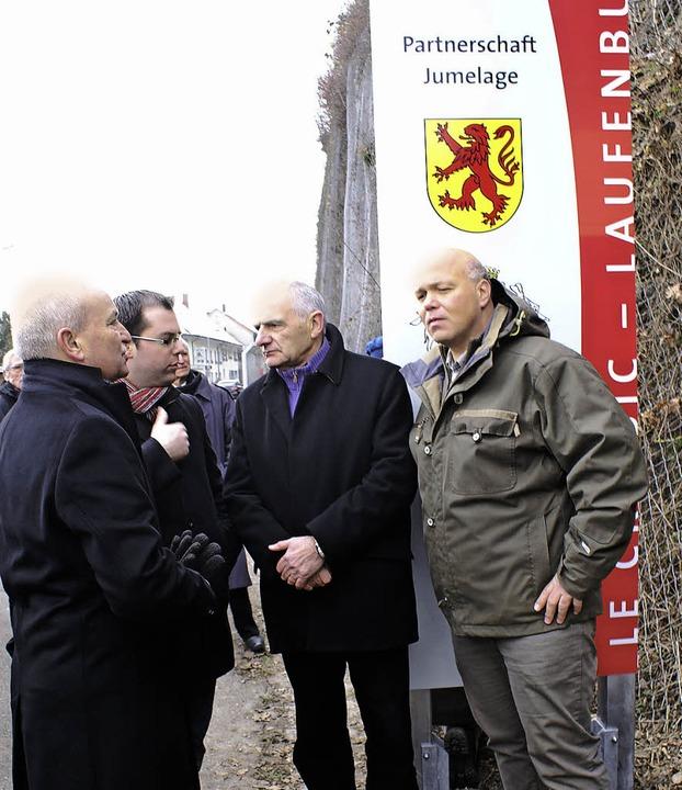 Im Gespräch vor der Stele (von links):...reises aus Laufenburg, Torsten Amann.   | Foto: Werner Probst