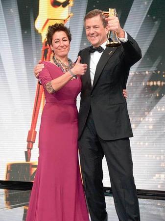 """Die Moderatorin Dunja Hayali und der Moderator des """"heute-journal"""" im ZDF und Preisträger in der Kategorie """"Bester Anchorman"""", Claus Kleber."""