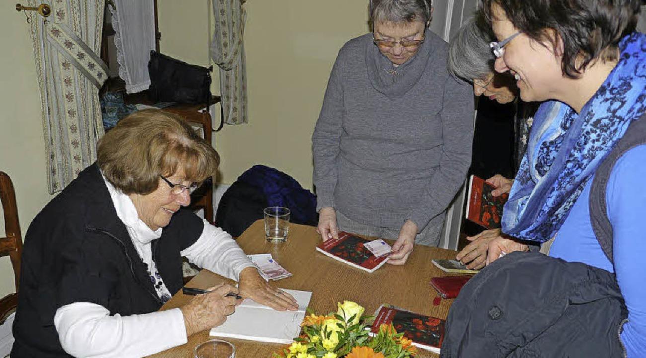 Helga Eberle signiert nach der Lesung ...in Stück Endinger Geschichte enthält.   | Foto: Hülter-Hassler