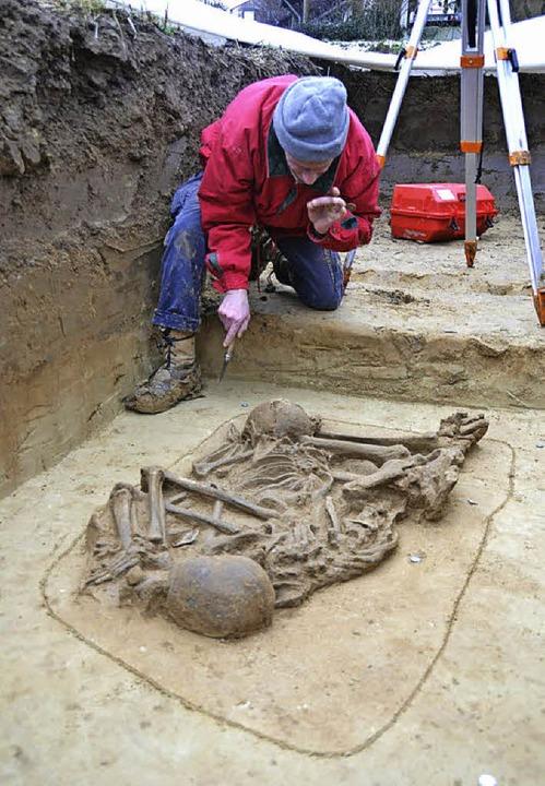 Filigranarbeit: Grabungstechniker Diet...schocke beim Freilegen des Doppelgrabs    Foto: Stadt Ettenheim