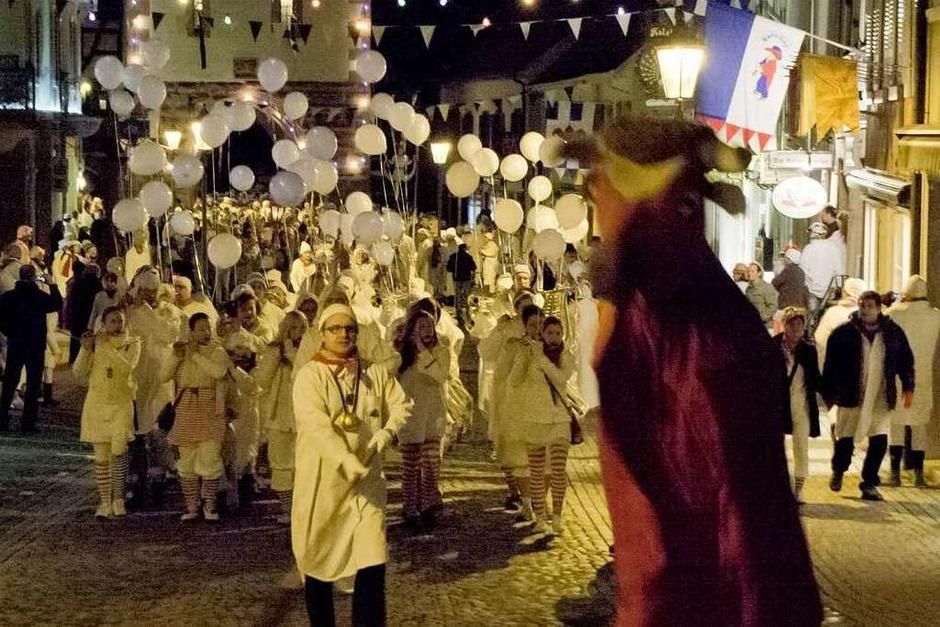Tausende von Hemdglunkern ziehen durch die Altstadt von Endingen, allen voran Stadttier und Besenmann Michael Gürtner. (Foto: Martin Wendel)