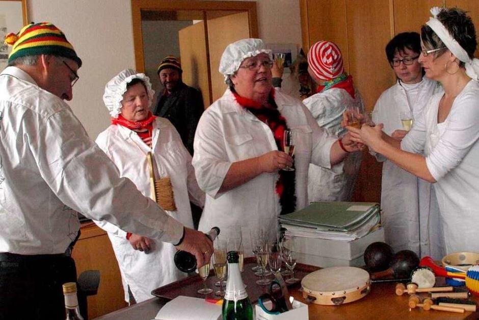 Die Ibacher Frauen kommentierten das Ratsgeschehen, setzten Bürgermeister Helmut Kaiser eine original Ibacher Mütze auf. (Foto: Karin Stöckl-Steinebrunner)