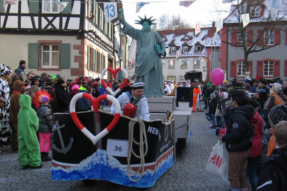 Aufwändige Fasnetswagen waren beim Umzug in Riegel zu bestaunen. (Foto: Helmut Hassler)