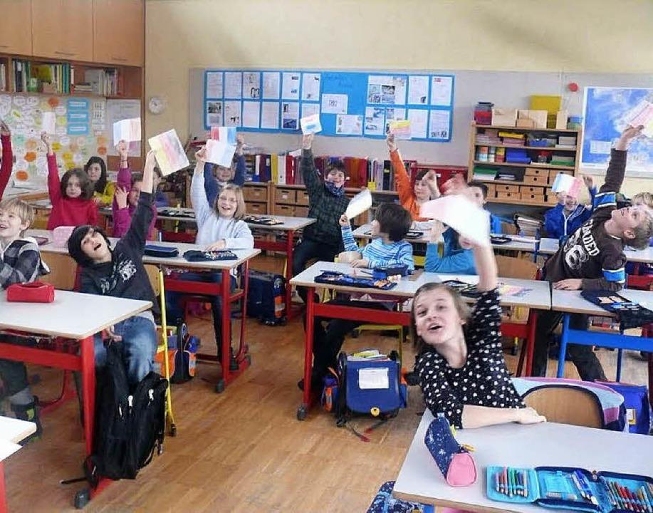 Eifrig macht die Klasse 4 b mit: Sie s...eilige Künstler an der Tafel angehört.  | Foto: Sylvia Bleckmann
