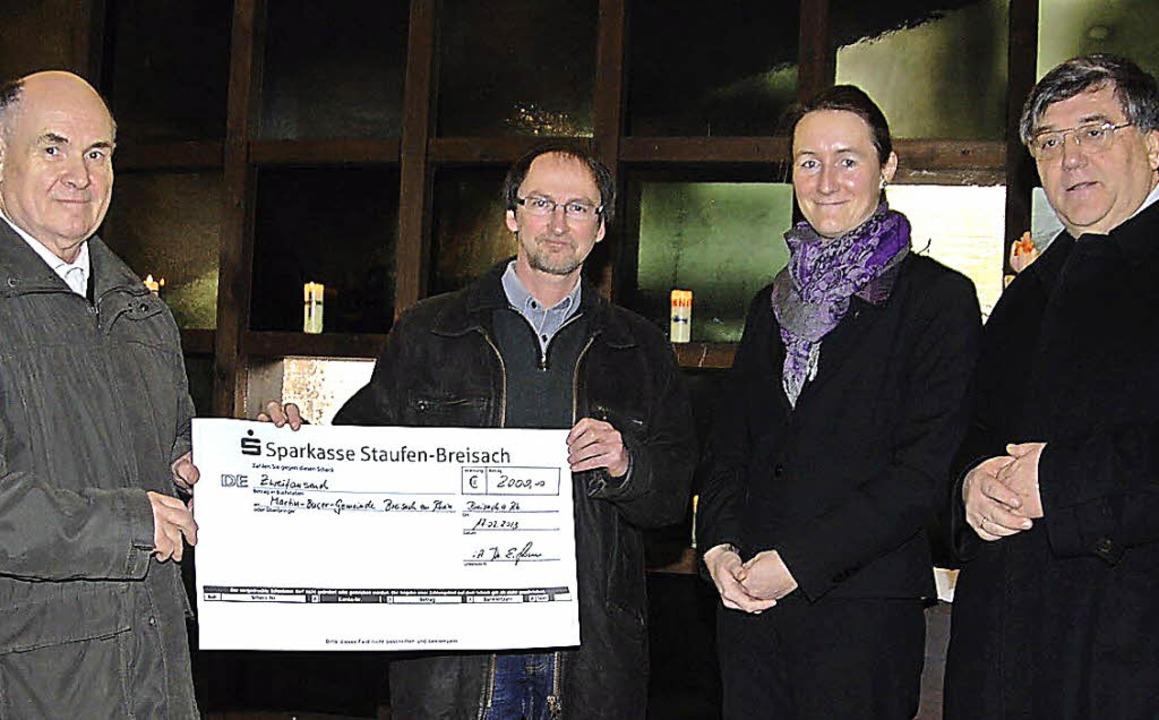 Einen Scheck über  2000 Euro für die K...h im Beisein von Pfarrerin Julia Mack.  | Foto: hans-jochen voigt