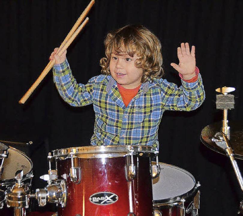 Schlosskeller fördert Nachwuchs: Noah ... probiert schon mal das Schlagzeug aus  | Foto: Sylvia-Karina Jahn