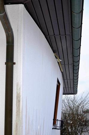 Nach außen gedrückt ist eine Wand des Einfamilienhauses im Ortsteil Auf dem Höchst.