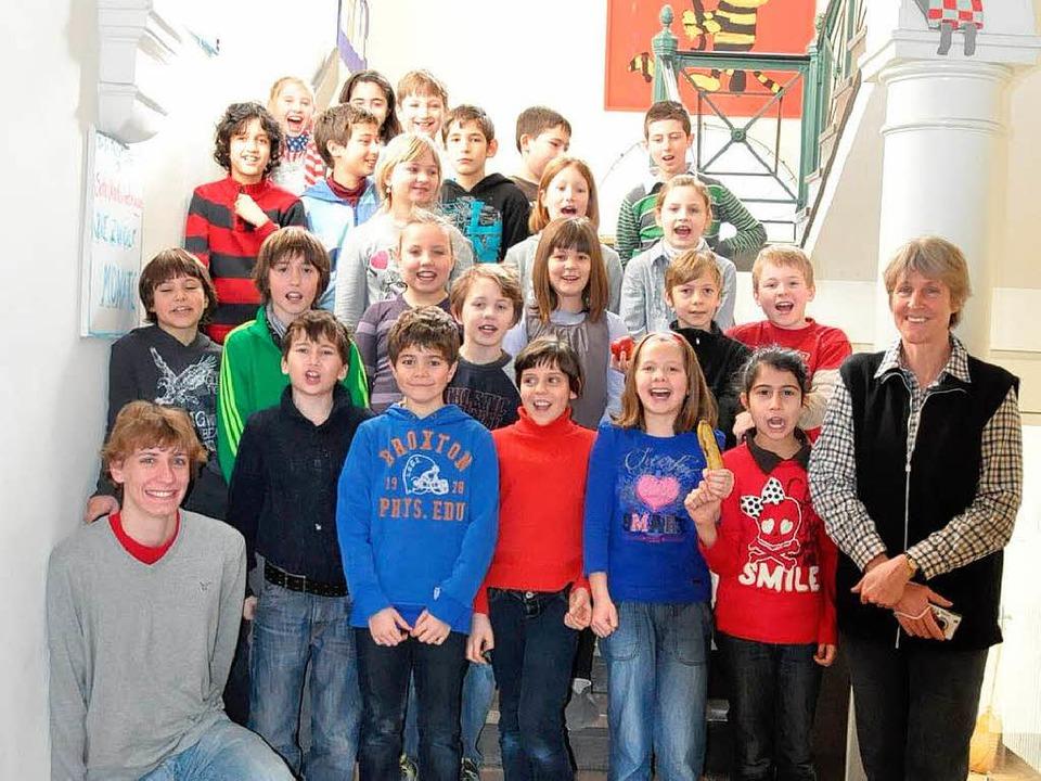 Die 4a der Hebelschule ist im Finale d...Eiche, links Praktikant Hannes Kayser.    Foto: Verena Pichler
