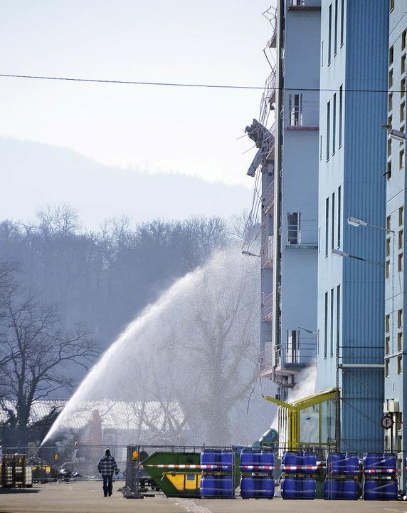 Südlich des Verwaltungsgebäudes (recht.... Wasser soll Staubbildung vermeiden.   | Foto: Dorweiler