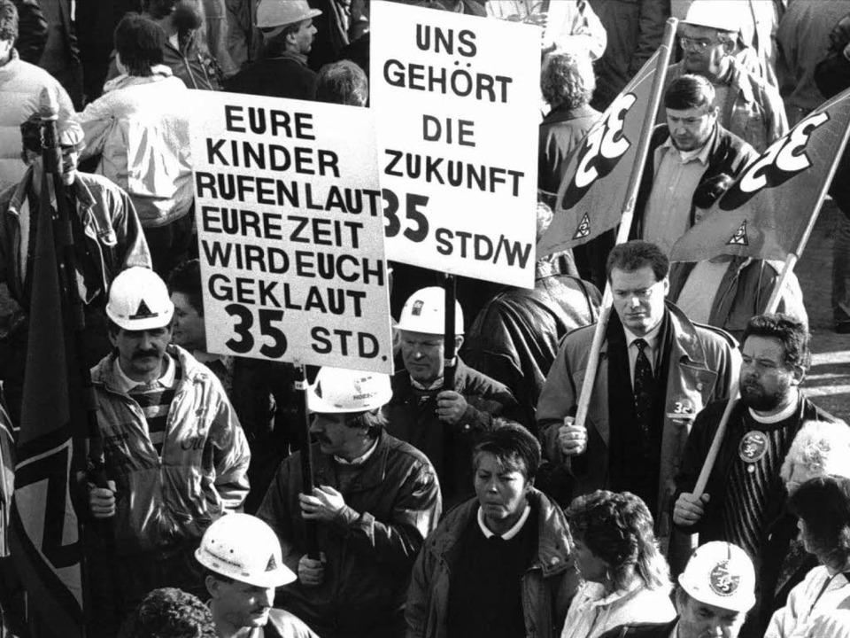 Mitglieder der IG Metall demonstrieren...olitikern sogar die 30-Stunden-Woche.   | Foto: dpa