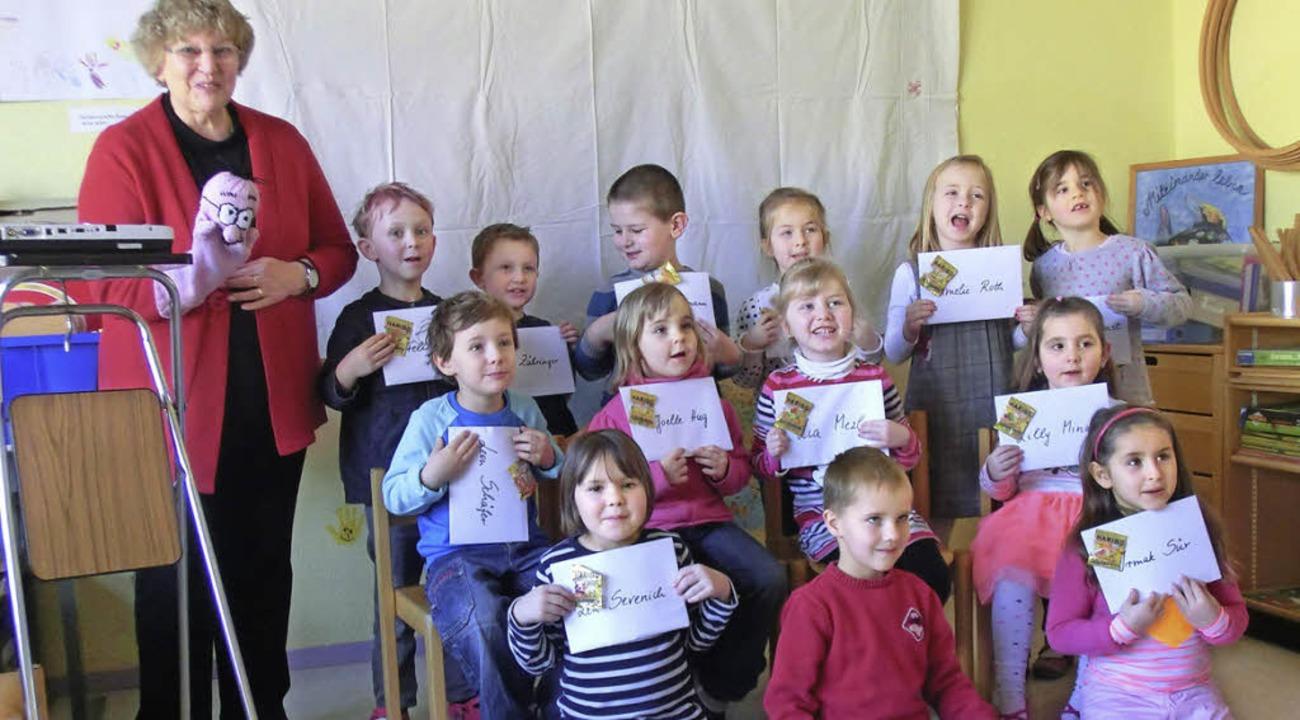 Stolz zeigen die Kinder den Büchereiführerschein.     Foto: andrea bär