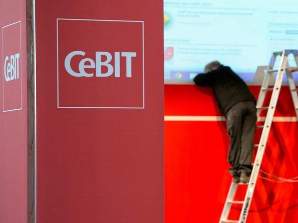 """Letzte Handgriffe: Heute eröffnet Angela Merkel die Computermesse CeBIT. Mit dem Motto """"Shareconomy"""" steht dieses Jahr das Teilen im Vordergrund."""