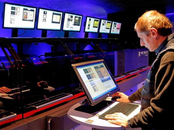 Mit dem Personalausweis Geld abheben: Die Bundesdruckerei stellt einen Geldautomaten mit Online-Ausweis-Interface vor.