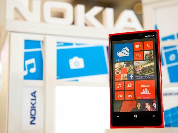 """Knallige Farben, Kacheldesign und neue Kameratechnik: Nokia stellt das neue Smartphone """"Lumia"""" vor."""
