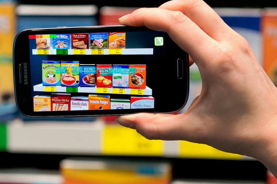 Bestens informiert beim Einkauf: Eine Smartphone-App erkennt Supermarkt-Produkte und zeigt virtuelle Zusatzinformationen an. (Foto: dpa)