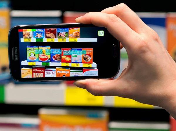 Bestens informiert beim Einkauf: Eine Smartphone-App erkennt Supermarkt-Produkte und zeigt virtuelle Zusatzinformationen an.