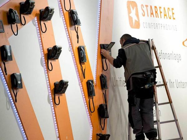 Alternative Präsentationsform: Das Unternehmen Starface bringt seine Telefone an der Wand an.
