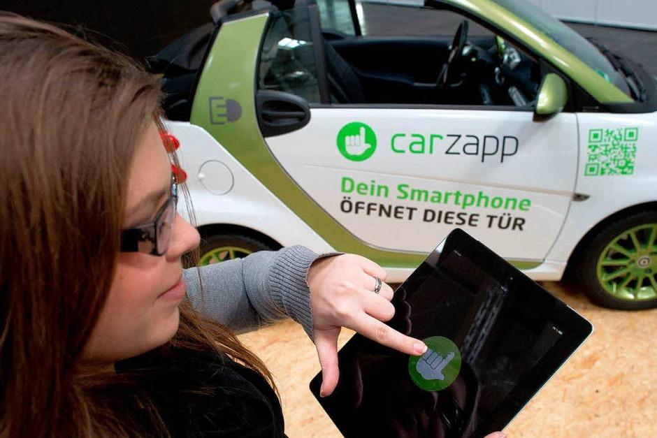 Wem der Autoschlüssel zu altmodisch ist: Mit Tablet oder Smartphone lassen sich die Türen der Teilautos ebenfalls öffnen. (Foto: dpa)