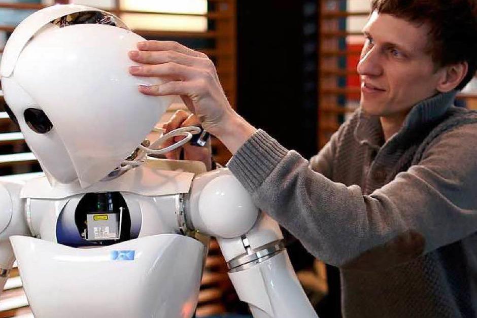 """Roboter """"Aila"""" kann ihre Umgebung wahrnehmen und manipulieren. Dennis Mronga vom deutschen Forschungszentrum für künstliche Intelligenz stellt die etwas andere Dame vor. (Foto: dapd)"""