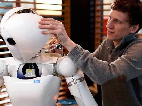 """Roboter """"Aila"""" kann ihre Umgebung wahrnehmen und manipulieren. Dennis Mronga vom deutschen Forschungszentrum für künstliche Intelligenz stellt die etwas andere Dame vor."""