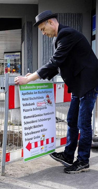 Neue Plakate weisen den Weg um die Baustelle zu den Geschäften.  | Foto: Thomas Kunz