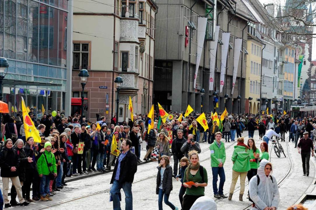 Vom Bertoldsbrunnen Richtung Siegesdenkmal zog sich die Menschenkette.  | Foto: Thomas Kunz