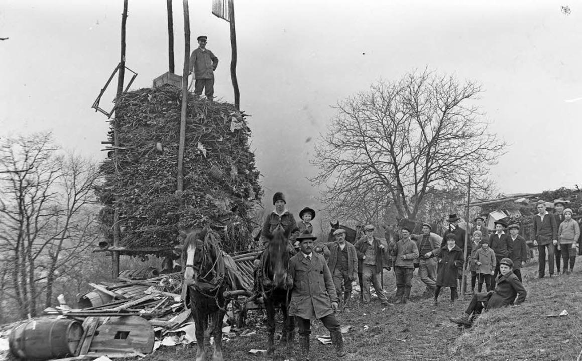 Die Errichtung eines Fasnachtsfeuers in den 1930er Jahren.   | Foto: Privat