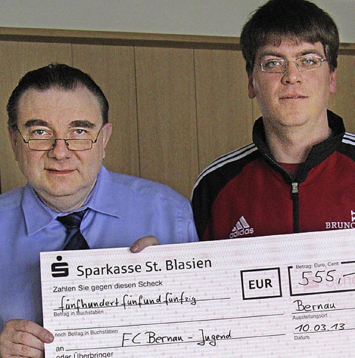 Schwanenwirt Franz Bregger (links) übe...er eine Spende für die  Jugendarbeit.   | Foto: Ulrike Spiegelhalter