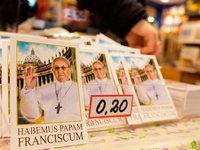 Souvenirhändler stimmen sich auf Papst Franziskus ein