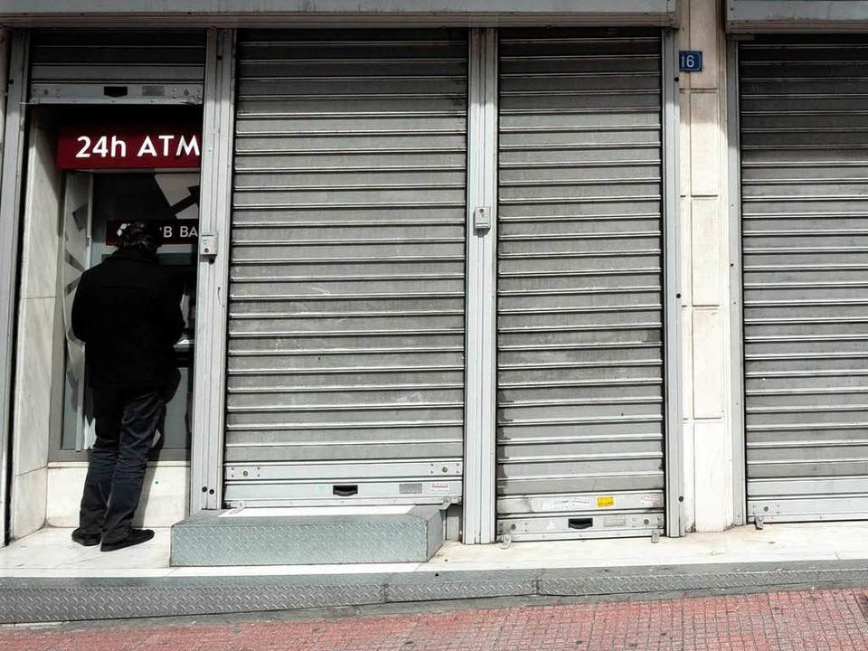 Die Banken in Zypern bleiben vorerst g...maten gibt es Geld bis zum Tageslimit.  | Foto: AFP